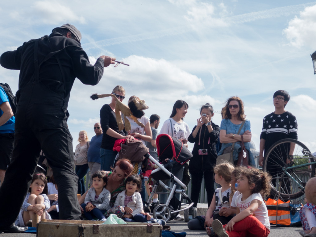 A pupeteer entertaining kids on Pont Louis IV.