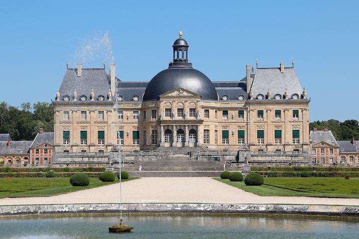 """La façade sud du château de Vaux-le-Vicomte vue depuis le """"rond d'eau"""" - Maincy (Seine-et-Marne, France)."""